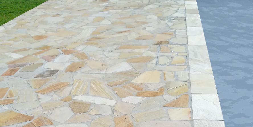 Pavimento in pietra a bordo piscina